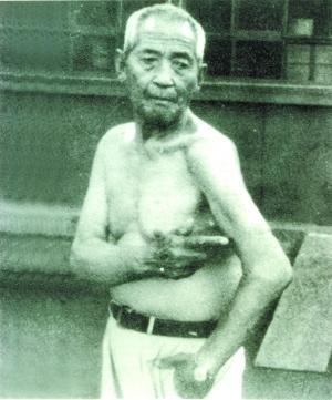 图片中的老人是惨案幸存者张润生