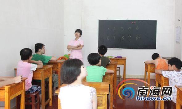 7月16日,海口美兰区金色儿童智障康复训练中心的儿童在上课.图片