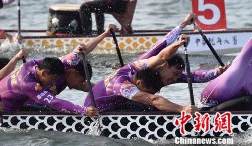 选手们在奋力划桨。组委会供图