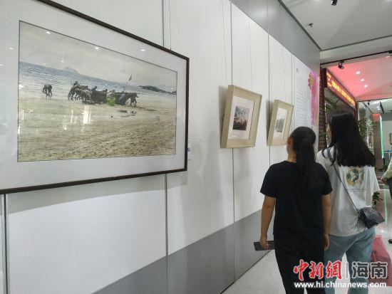 """""""和而不同――海口水彩画家的当下状态作品展""""现场。"""