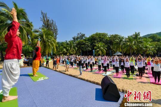 图为第二届三亚世界瑜伽交流大会期间,数百米瑜伽爱好者在三亚沙滩展示瑜伽。 骆云飞 摄