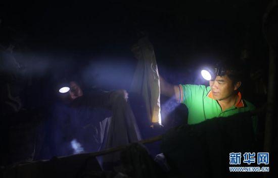 7月19日,护林员在睡觉前烘干衣物。新华社记者 王军锋 摄