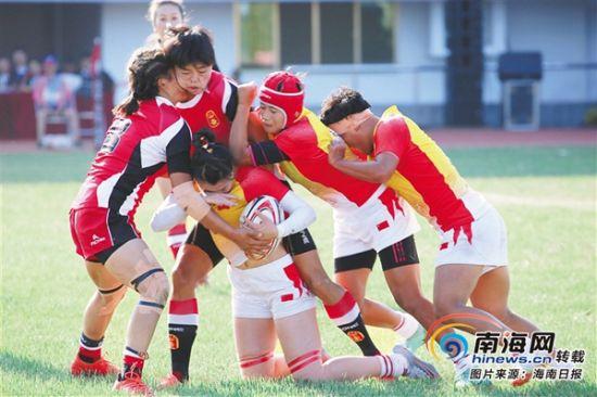 球员们在比赛中奋力争抢橄榄球。海南日报特约记者吴峰 摄