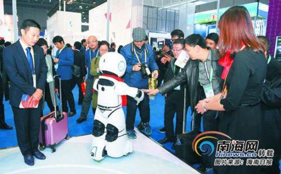 11月6日,首届中国国际进口博览会,一家公司生产的机器人与参观者互动。海南日报特派记者 王凯 摄