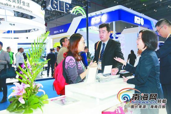 11月6日,首届中国国际进口博览会现场,我省交易团的参展商(左一)与境外企业进行洽谈。海南日报特派记者 张杰 摄