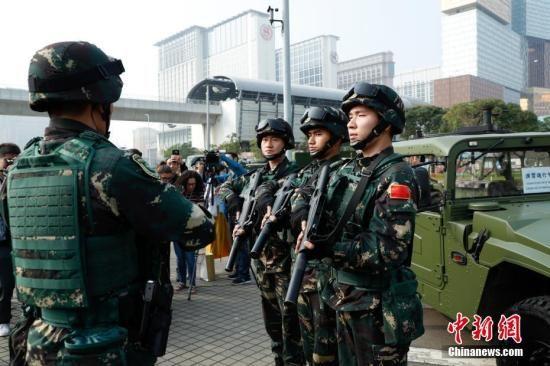 """11月8日,澳门警察总局联合中国人民解放军驻澳部队,协调多个部门及机构进行代号""""灵犬"""" 的大型联合反恐演练。图为解放军战士整装待发。中新社发 钟欣 摄"""