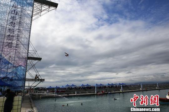 11月28日,2018三亚国际海上极限跳水大师赛在三亚半山半岛帆船港居高起跳。 王晓斌 摄