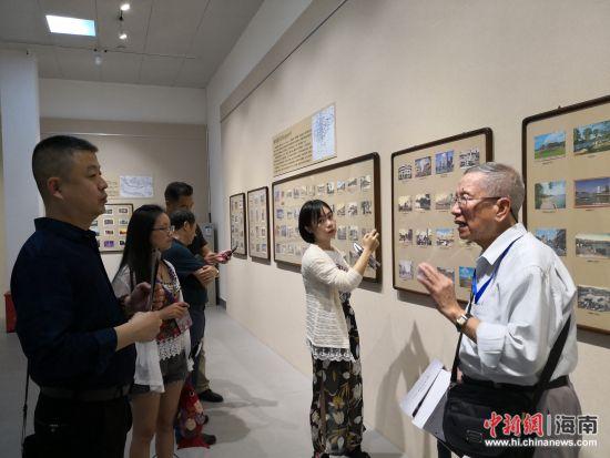 陈丕瑜向参观者讲述明信片的故事。尹海明 摄