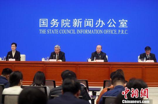 12月19日,国务院新闻办公室在北京举行国务院政策例行吹风会,介绍推进农业机械化和农机装备产业升级的政策措施。农业农村部副部长张桃林(左二)出席并答记者问。中新社记者 张宇 摄