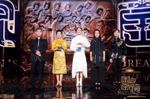 中央民族乐团的演奏家代表赵聪、朱剑平、吴琳、张佳理与国宝守护人宋佳共同守护国宝 主办方供图