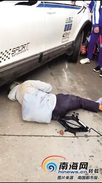 阿婆被越野车撞倒。(视频截图)