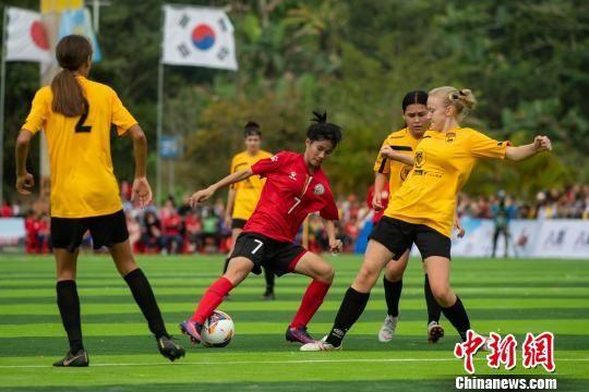 图为琼中女足与西澳足球俱乐部队员在比赛中拼抢。 洪坚鹏 摄