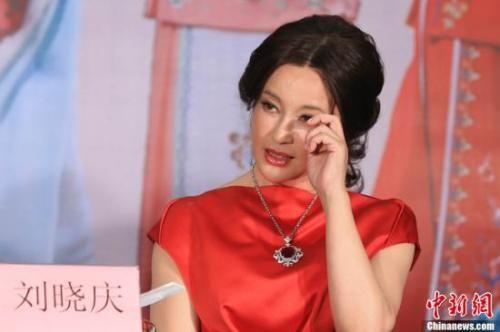 资料图:《风华绝代》演出100场时,刘晓庆落泪。中新社发 李学仕 摄