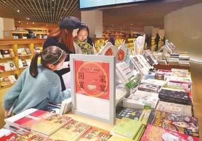 """到实体书店阅读""""充电""""已成过年新风尚。图为光的空间・新华书店的新书陈列。 (光的空间・新华书店供图)"""