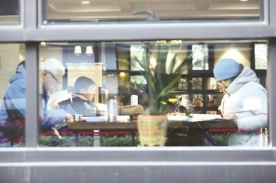 杨浦区图书馆阅览室内读者阅读自习。本报记者 叶辰亮摄