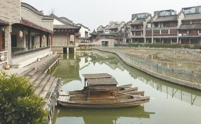 龙潭水乡临湖商铺门窗紧锁。本报记者 金正波摄