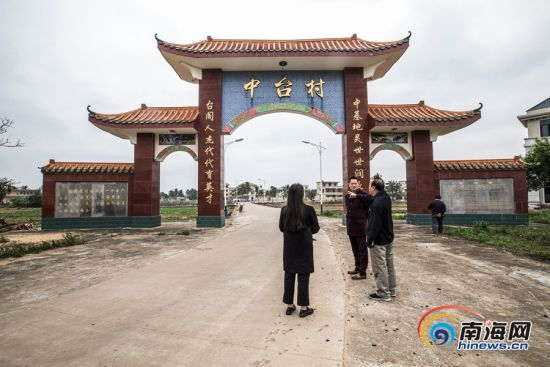 吴光新向记者讲述筹集资金修建中台村南门的故事。南海网特约记者吴梅摄