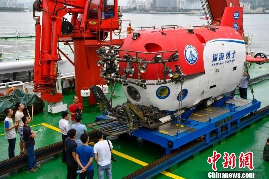 """3月10日上午,""""探索一号""""科考船搭载""""深海勇士""""号载人潜水器靠港三亚。 骆云飞 摄"""