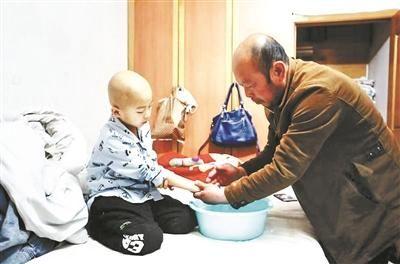 昨天一早去医院看病前,韩青为小宇擦脸、洗手摄影/本报记者 杨小嘉