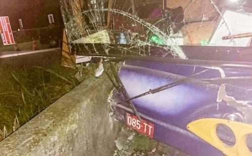 载大陆游客团游览车14日晚上,在花莲县寿丰乡失控撞上右侧道路护栏,场面惊险。(图:台湾《联合报》/警方提供)