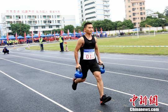 参赛队员进行5×40米搬运重物折返跑体能考核 粤应宣 摄