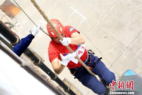 参赛队员进行绳索攀爬体能考核 粤应宣 摄