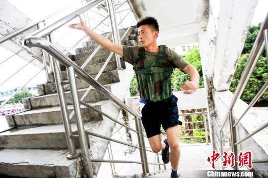 参赛队员进行负重攀登10层楼体能考核 粤应宣 摄
