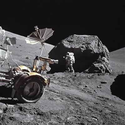 上世纪,阿波罗17号的宇航员哈里森・施密特在月球表面执行任务。图/NASA/MSFC History Office