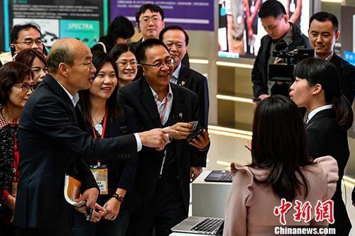 3月24日,高雄市市长韩国瑜到访深圳。图为韩国瑜与在深圳前海深港青年梦工厂工作的台湾年轻人交流。中新社记者 陈骥�F 摄