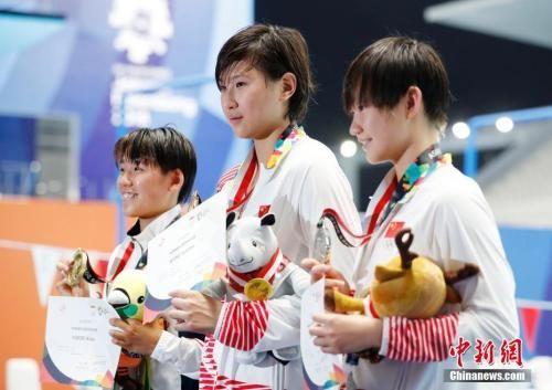 雅加达亚运会女子800米自由泳,中国选手王简嘉禾(中)获得冠军,李冰洁(右)获得亚军。 中新社记者 刘关关 摄