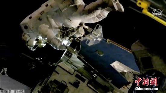 资料图:宇航员进行太空行走,更换国际空间站外挂蓄电池。