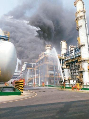 台塑麦寮六轻厂区台化芳香烃三厂7日发生气爆,所幸无人员伤亡。(图:台湾《联合报》/云林县府提供)
