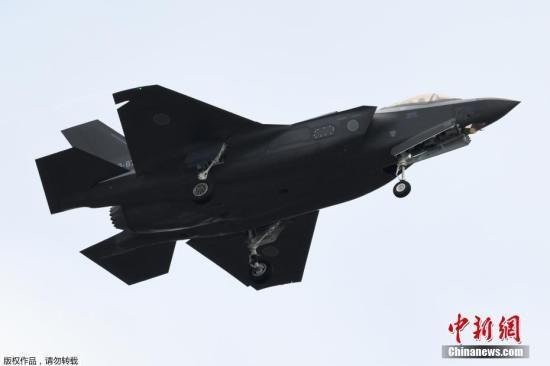 当地时间4月9日晚,日本航空自卫队的一架最尖端战机F-35A在太平洋上空飞行时,从雷达上消失。据日本自卫队给出的最新消息,他们已经在海上发现了疑似这架战机的一部分,正在加紧确认。