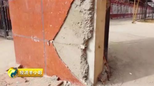 小区大门的瓷砖开裂。图片来源:央视财经。