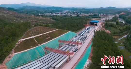 紫(金)惠(州)高速路基工程、�蛄夯��A已完成八成。 沈高 �z