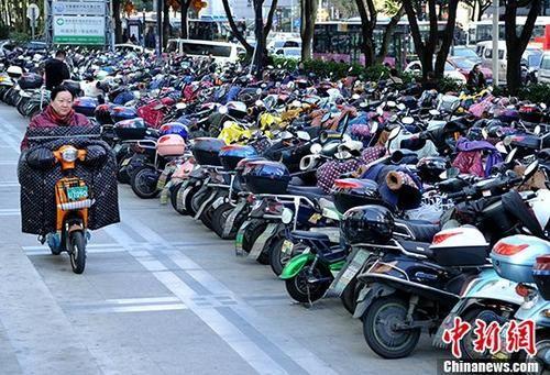 资料图:市民骑电动车出行。 中新社记者 张斌 摄