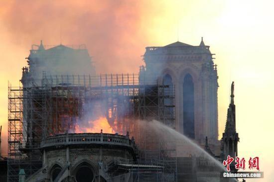 当地时间4月15日晚,法国首都巴黎的著名地标巴黎圣母院发生大火,受损严重。大批消防人员在现场进行扑救。中新社记者 李洋 摄