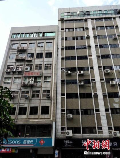 资料图:4月18日13时01分,台湾花莲县发生超过6级地震(中国地震台网测定为6.7级,台湾气象部门测定为6.1级),造成台北一座旧楼发生轻微倾斜。中新社记者 毕永光 摄