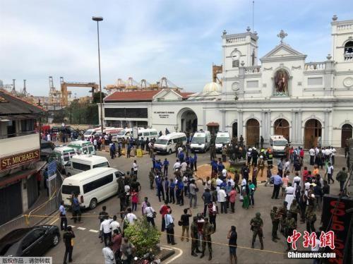 斯里兰卡两座教堂4月21日复活节当天发生爆炸,当时做礼拜的人正在参加复活节仪式。警方21日表示,斯里兰卡首都科伦坡内外的三座教堂和三家酒店发生爆炸。最新消息称,爆炸已造成至少20人死亡,100多人受伤。图为首都科伦坡发生爆炸的教堂周边区域被军方封锁。