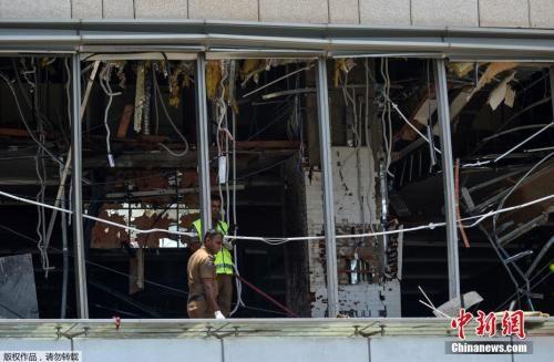 斯里兰卡多个教堂和高级酒店4月21日复活节当天发生爆炸,已造成数百人伤亡。目前尚无组织或个人宣称对爆炸案负责,斯里兰卡安全官员正展开调查,总理维克勒马辛哈谴责了系列爆炸案,召开紧急会议应对。图为警方在斯里兰卡首都科伦坡发生爆炸的酒店进行调查。