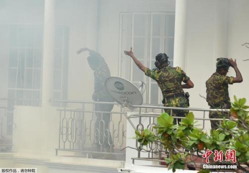 当地时间4月21日,斯里兰卡发生数起爆炸,已造成207人死亡,450人受伤。斯里兰卡部长表示,斯里兰卡就爆炸案逮捕了七人。目前尚无任何组织或个人宣称对爆炸负责。图为斯里兰卡特别行动组(STF)在搜捕嫌疑人时发生爆炸。