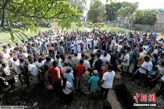 斯里兰卡部长此前表示,包括NTJ(National Thowheed Jamath)在内的两个斯里兰卡国内伊斯兰组织对复活节爆炸袭击事件负责。他还说,初步调查显示,复活节袭击是对新西兰清真寺袭击事件的报复。图为4月23日人们参加爆炸案遇难者的葬礼。