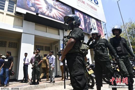 当地时间4月24日,斯里兰卡科伦坡萨沃伊电影院发生一起受控爆炸后,几名安全人员在现场警戒。
