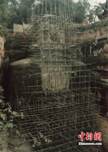 1994年,乐山大佛维修图。 乐山大佛景区供图