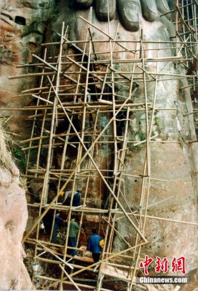 1996年,乐山大佛维修图。乐山大佛景区供图
