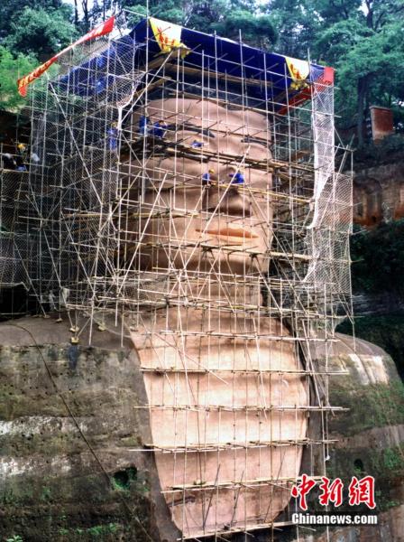 2001年,乐山大佛面部维修图。乐山大佛景区供图