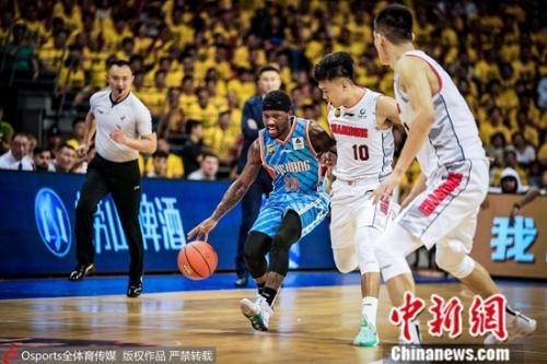 广东后卫轮番消耗菲尔德。图片来源:Osports全体育图片社
