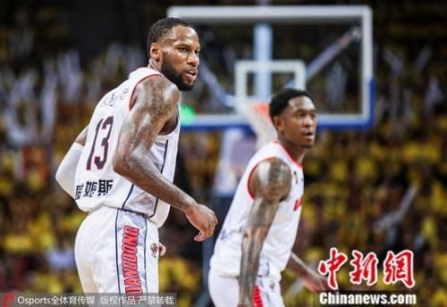 广东队双小外,无惧亚当斯个人进攻。图片来源:Osports全体育图片社