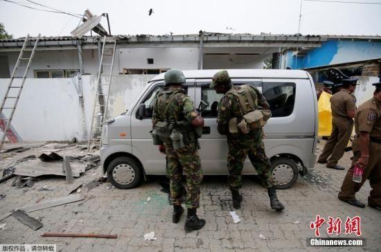 当地时间4月27日,斯里兰卡东部省份卡尔穆奈,当地安全部队与武装分子枪战后,在街上执勤。