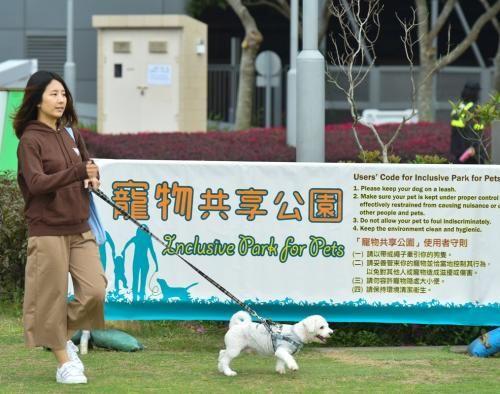 香港康文署订立使用者守则,主人应妥善管束宠物,以免造成滋扰。图片来源:香港特区政府新闻网
